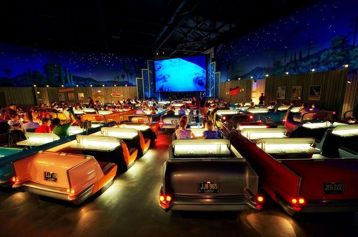 Vừa ăn tối vừa xem phim trên những chiếc ghế đôi có hình dạng như chiếc ô tô tại Sci-Fi Dine-In Theater ở trong Hollywood Studios của Disney.