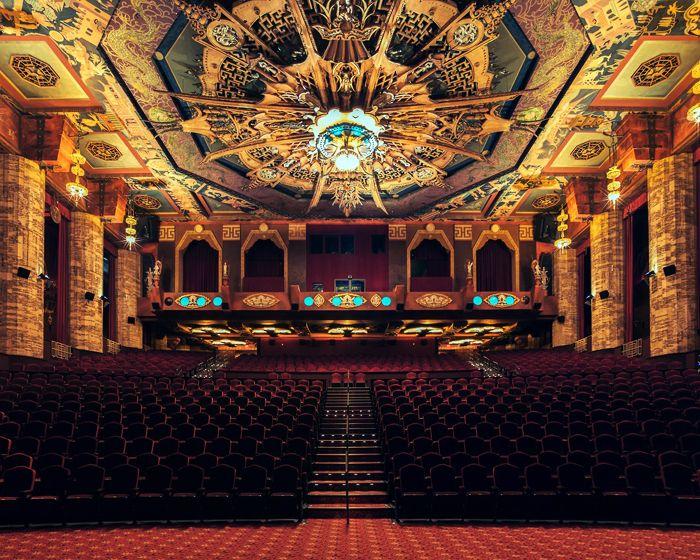 Grauman's Chinese Theater ở Los Angeles có trần rạp được thiết kế cực kỳ lộng lẫy.