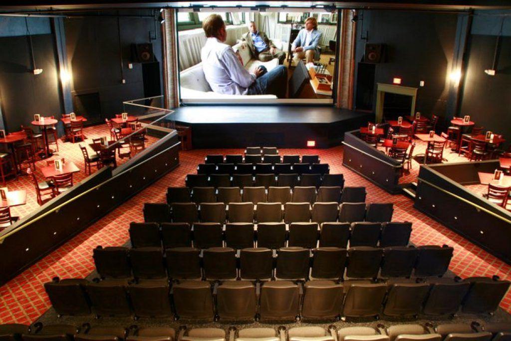 Bijou Theater ở Bridgeport, Connecticut không quá hoành tráng nhưng lại ghi điểm nhờ kiểu phục vụ bàn ăn uống ngay bên cạnh.