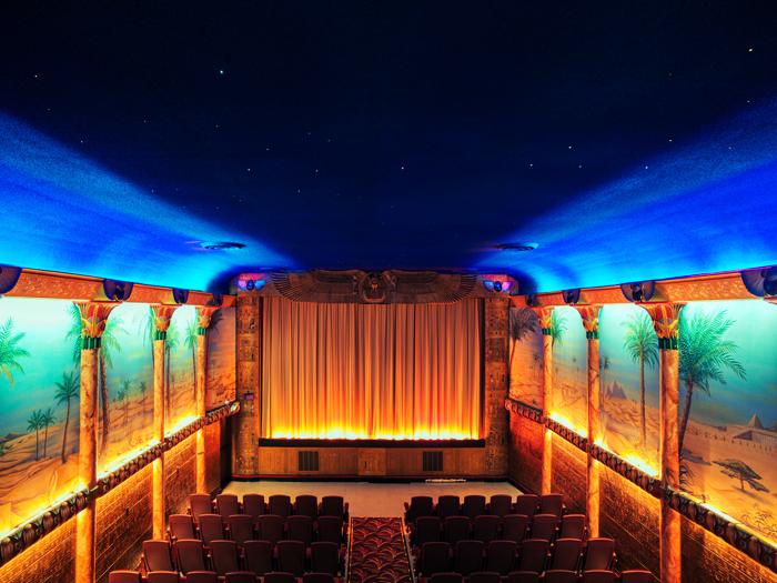 Grand Lake Theatre II ở Oakland, California tạo cảm giác thần tiên như đang ngồi dưới bầu trời đêm sa mạc.