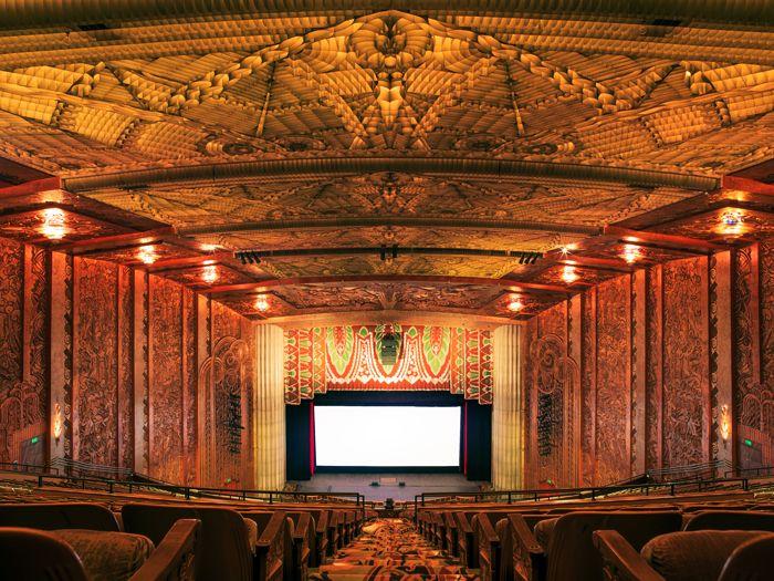 Paramount Theater ở Oakland, California gây ấn tượng với tường và trần được chạm trổ cầu kỳ, lộng lẫy.