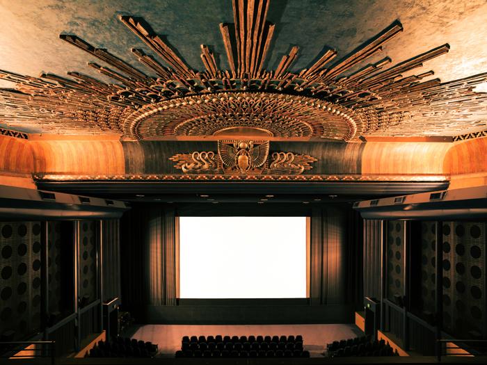 Egyptian Theater ở American Cinematheque, Los Angeles được thiết kế theo phong cách Ai Cập cổ xưa đúng như tên gọi.