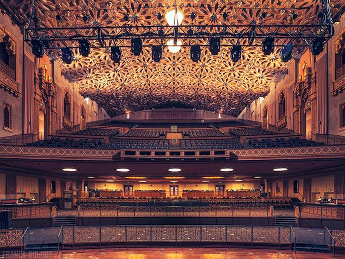 Fox Theater ở Oakland, California khiến mọi người phải choáng ngợp với thiết kế xa hoa cầu kỳ của nó.