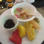 Chè, sữa chua nếp cẩm, bánh và hoa quả tráng miệng