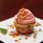 Tên món ăn: bánh bông lan tráng miệng Mô tả: bánh bông lan được phủ 1 lớp kem dâu và đường cát bên ngoài Giá cả: khoảng 30.000đ/cái