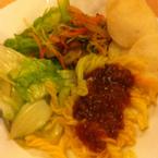 Đĩa của mình: salat,mì ý,gỏi lỗ tai heo