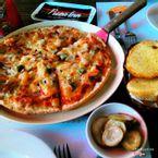 Pizza Hải sản cỡ vừa, lấy bánh mỏng, 2 người ăn no típ mắt.