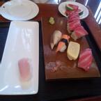 hình nguyên trạng chưa đụng vô, cái sashimi bên trái là lúc sau phục vụ đem lên thêm