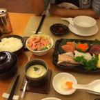 Một set Sashimi, có cơm + salad + trứng hấp + chén súp miso