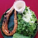 Cá chìa vôi nướng muối ớt ăn kèm rau sống và bánh tráng