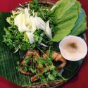 Cá bớp nướng ăn kèm rau sống và bánh tráng