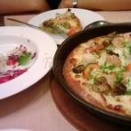 pizza hải sản hấp dẫn quá nên ăn rùi mới nhớ tới chụp lại.