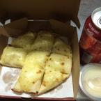 Pizza ngọt ăn kèm sữa đặc và tặng coca
