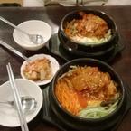 Cơm trộn kimchi. Đem ra còn nóng và có cơm cháy nữa