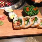 Sushi. Món này khá ngon yummy. Gọi liên tục mấy đĩa luôn