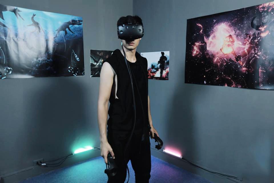 Khi trải nghiệm các game thực tế ảo, chúng mình sẽ vượt qua các thử thách  và tương tác với các nhân vật ảo như ngoài thực tế.