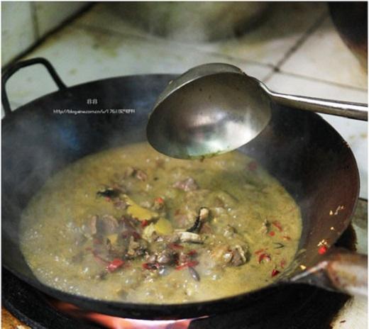 """""""Lẩu phân bò"""" là món ăn kì lạ rất được yêu thích của người dân Đài Châu,  tỉnh Quý Châu, Trung Quốc. Nguyên liệu chính của món ăn này chính là hỗn ..."""