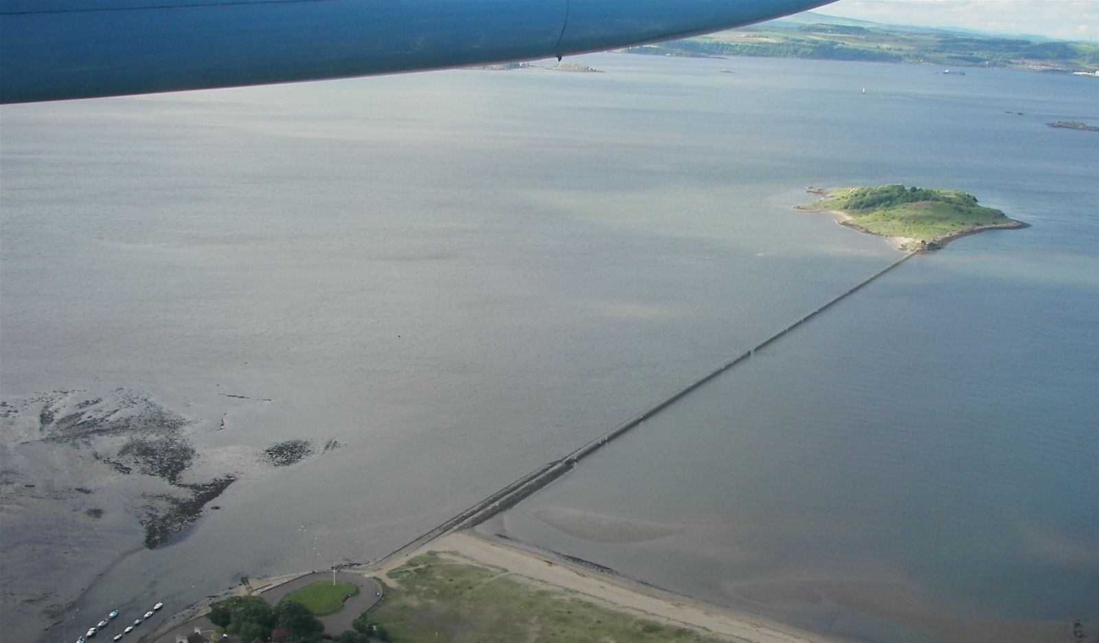 Description: https://media.foody.vn/images/Cramond_Island_and_causeway_from_air.JPG