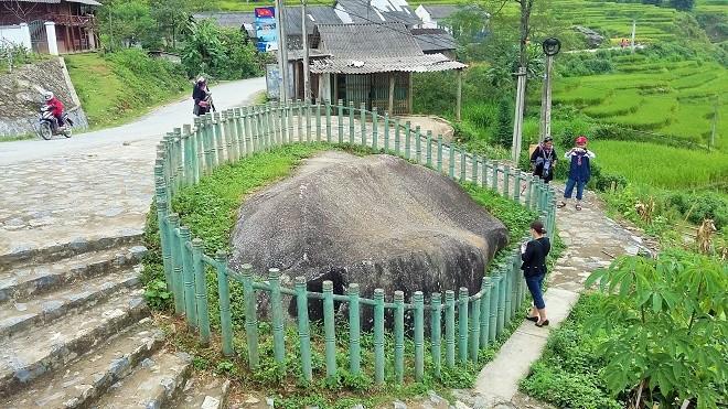 Image result for Bãi đá cổ Tả van