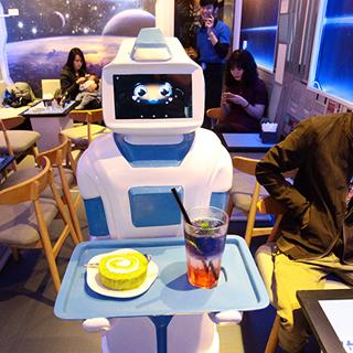 Thích thú quán cafe có ROBOT phục vụ lần đầu tiên xuất hiện ở VN