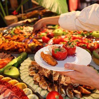 """""""Nằm lòng"""" cách thưởng thức buffet của người sành ăn"""