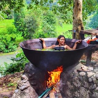 Hết hồn với trải nghiệm tắm trong vạc dầu có 1-0-2 cực kì hút khách du lịch