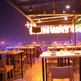 Ngỡ ngàng với beer club có rooftop ngắm đường băng đẹp nhất Sài Gòn