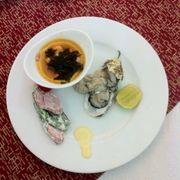 Tàu hủ cá hồi, hàu sống, xúc xích đậu cove sốt mayonaise