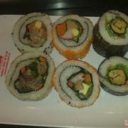 Sushi thì có mấy cái hải sản mùi tanh quá mình ăn mà phải bịt mũi T__T
