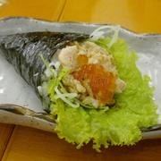 Cơm cuộn cá hồi và trứng cá hồi