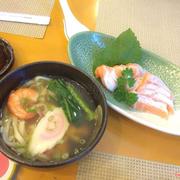 cá hồi với mì udon hải sản