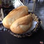 Bánh mì vẫn còn nóng, để ăn kèm với đồ ăn sáng