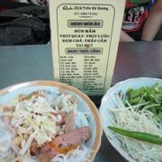 Bún mắm bán ở đây có nhiều loại: thịt quay, thịt luộc, nem chả, tai mui. Giá rẻ: 15k/ tô, ăn sáng là đủ no