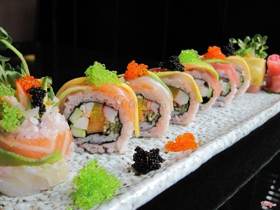 Các loại sashimi không những được thái vô cùng đẹp mắt mà lại còn rất tươi  nguyên, ăn cùng wasabi lại còn ngon hơn.