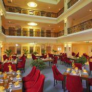Nhà hàng Romance tại tầng 4 khách sạn được thiết kế sang trọng theo phong cách châu Âu