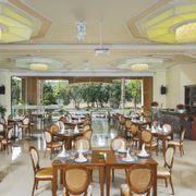 Nằm tại tầng 1, nhà hàng Crystal thiết kế theo không gian mở với sức chứa 300 khách cho tiệc buffet và 150 chỗ ngồi cho bàn tiệc. Buổi sáng, nhà hàng phục vụ các món ăn sáng cao cấp, hương vị quốc tế.