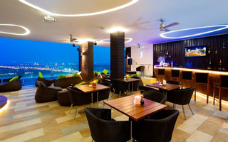 Vertical Sky Bar - Liberty Central Saigon Riverside Hotel