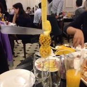 Dứa nướng được phục vụ tại bàn
