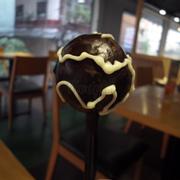 Bên ngoài lớp chocolate trang trì đơn giản nhưng đẹp