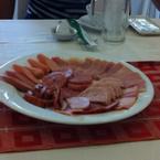 Dĩa thịt nguội thập cẩm :) nghe nói là của vissan cung cấp 😋 phần lớn đĩa này là thịt xông khói