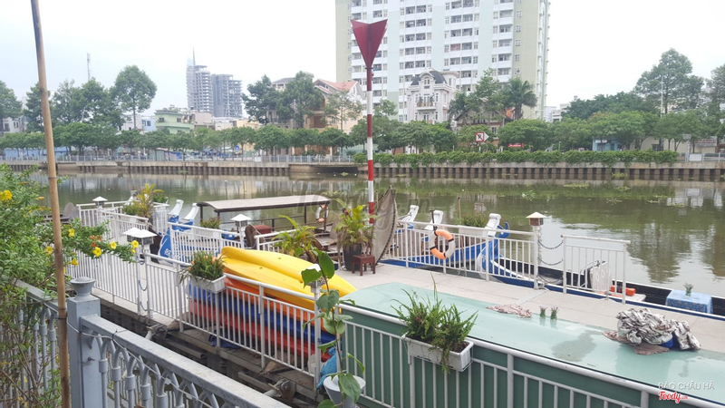 Quang cảnh thuyền trên sông