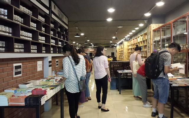 Không Gian Văn Hóa Đông Tây - Book Store ở Hà Nội