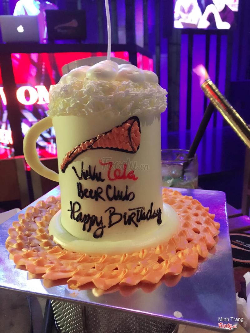 Nếu bàn nào đăng kí sinh nhật sẽ được club tặng 1 bánh gato như vậy
