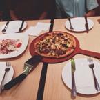 Pizza hut giá cả đắt bánh hơi bé 😭 uống chai nước Dasani giá tận 19k