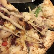 Bánh pizza mới của Pizza Hut ^^ Đế phô mai phồng cực mềm và xốp cho những Cheese-aholic đây ^^ miếng bánh vàng rụm và nhân đầy ụ nhé =))) cắn một phát là ngập vị phô mai luôn. Tuy loại bánh không đa dạng nhưng cực kì chất lượng nhé =)))) Mức giá: 145 - 180k/chiếc