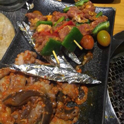 Thịt nai xiên que và bạch tuộc nướng