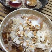 Phần 2 bánh flan : bên phải là chocolate - bên trái là phô mai . Cái mình nói trong trong bên trên flan phô mai là màu hồng đó è ! Còn đĩa dưới là chè Nấm tuyết mix bánh flan : có thêm mứt dừa khô ăn vui vui nhưng lạt quá hic !