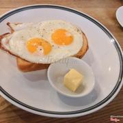 Ăn sáng trứng ốp la kèm bánh mì và phô mai