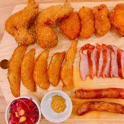 Set tổng hợp này có gà , xúc xích , thịt nguội